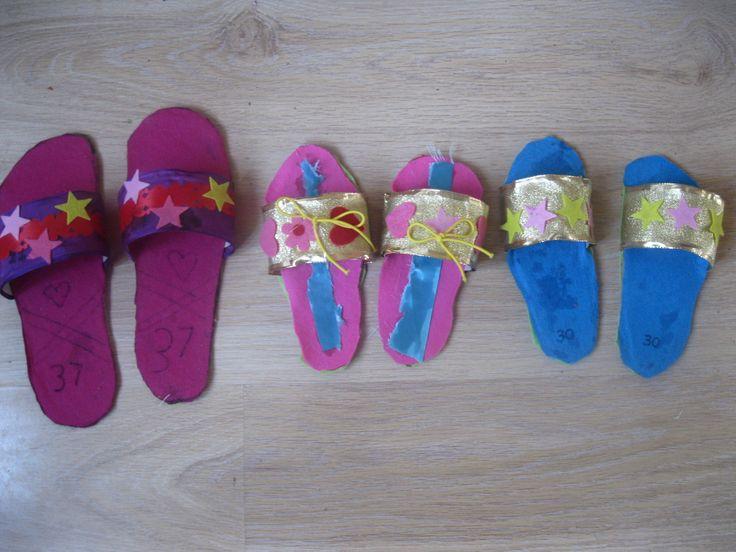 benodigdheden ;karton, gekleurd papier, stofjes of stickers etc. Voet omtrekken dan uitknippen en een strook papier er op plakken om zo een paar sandalen te creeren. versieren maar!