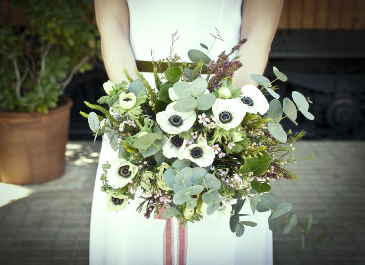 Ramo de novia con Anemonas, Eucalipto, flor de cera