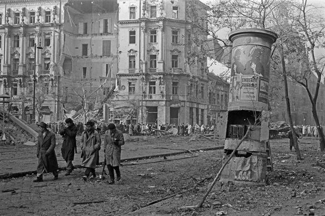 DEVASTATION Erich Lessing: Ulloi Street, Budapest, October 1956. © Erich Lessing/Magnum Photos
