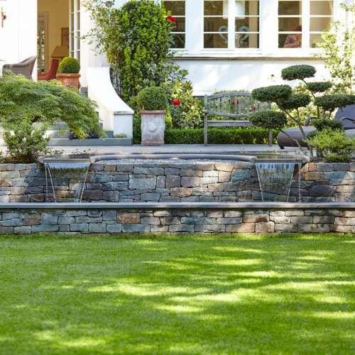 Exklusives Wasserspiel aus Naturstein Grauwacke der Firma Quirrenbach in klassischem Garten, Moderne Ideen treffen klassisches Ambiente durch detaillierte Gartenplanung | Rheingrün Gartengestaltung Luxus Garten Design
