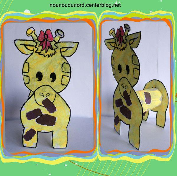 Girafe et chien avec gabarits et une rouleau de papier wc