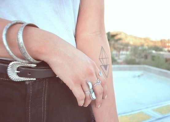 Geometric tattoo inspiration from blog www.morganewho.com / Série d'inspirations pour tatouage géométrique sur le blog www.morganewho.com #GeometricTattoo #Tatouage #tattoo