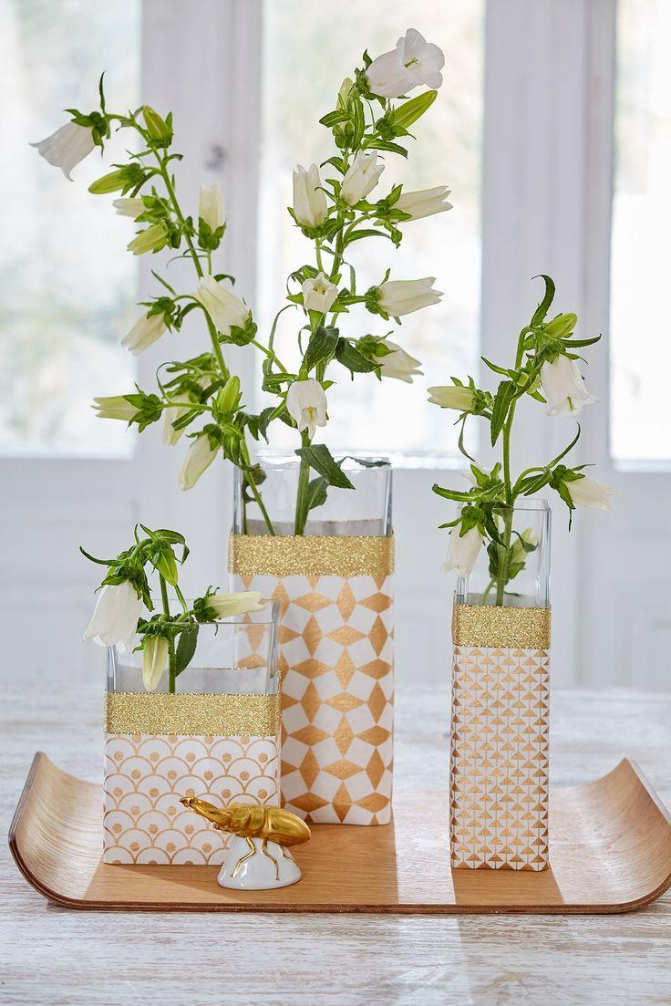 Schlichte Glasvasen verpacken //  Einfach den Umfang der Vasen ausmessen, Papier und Band entsprechend zuschneiden, um die Vase legen und auf der Rückseite mit tesafilm® fixieren.