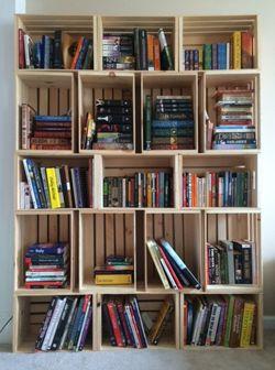 Κατασκευάστε μια μοντέρνα βιβλιοθήκη για το σαλόνι ή την κρεβατοκάμαρά σας χωρίς κόπο και υπερβολικά έξοδα. Λίγα ξύλινα καφάσια αρκού...