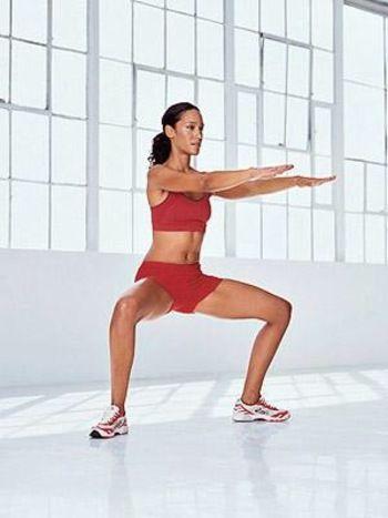 スクワットにバレエのプリエの要素を取り入れたエクササイズで、美しい姿勢やくびれ、小尻、ほっそり太ももに効果的です。足のつま先を広げてスクワットを行います。通常のスクワットよりもさらに内ももに効いているのが実感できますよ♪