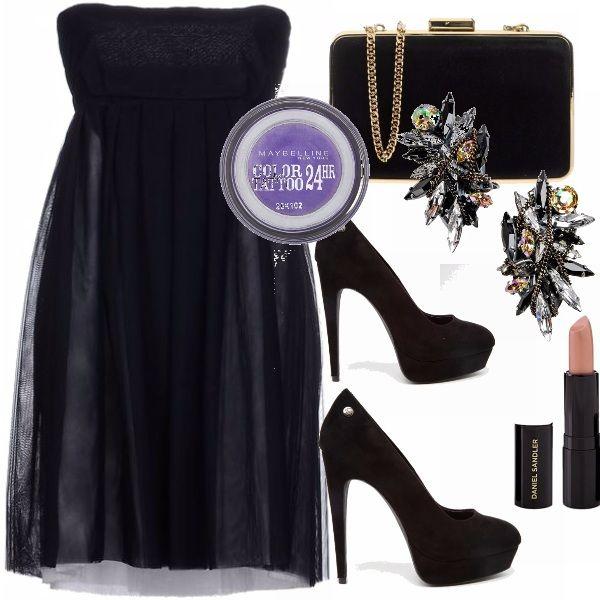 Piccolo vestito nero a vita alta, con scarpe con plateau alte total black e clutch abbinata. Make up viola, con eye-liner per un inaspettato ma non troppo appariscente tocco di colore. Rossetto nude. Per chi adora il nero.