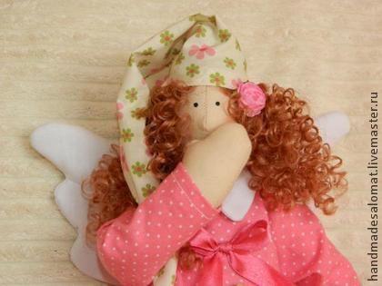 Сплюшка `Цветочек`. Ангел сладких снов станет отличным подарком на рождение девочки, на крестины или просто на День рождения. Сплюшку можно подвесить на детскую кроватку или посадить на полочку. У неё игривые  кудряшки, красивая ночная рубашка, а в руках подушечка.