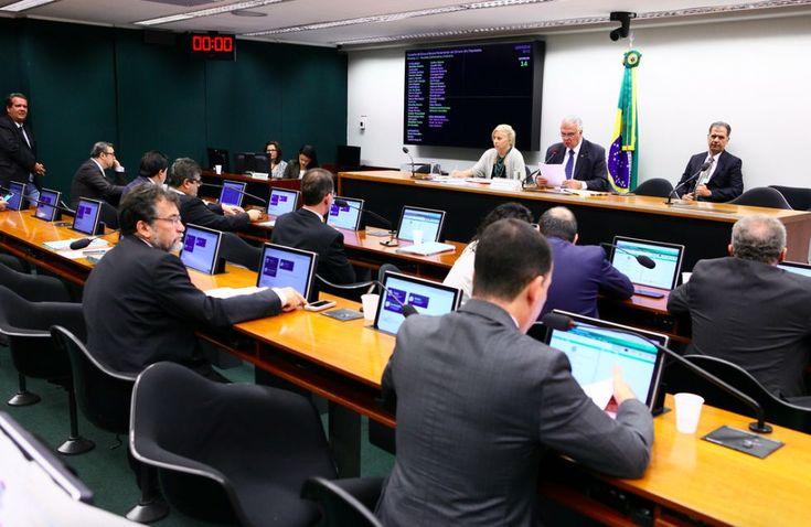 Impeachment de Dilma avança, cassação de Eduardo Cunha é protelada