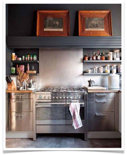 Heel gaaf: RVS keuken, grijze achtergrond en nog donkerdere kastjes.