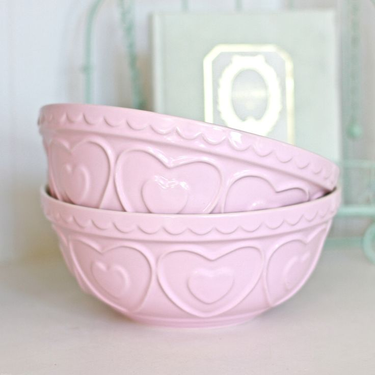 This blush pink mixing bowl is perfect for mixing up cake and cookie batter but would look just as lovely filled to the the brim with bright green Granny Smith apples in it too! Dimensions: 23cm x 23cm x 10cm