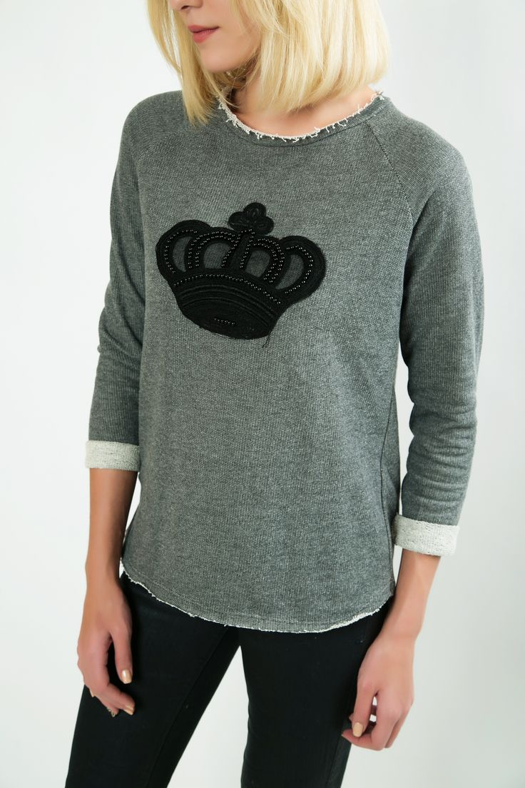 Long sleeved sweatshirt with round neck. Frayed hem. Crown detail. http://www.modaboom.com/clothes/sweatshirts/gkri-fouter-korona/