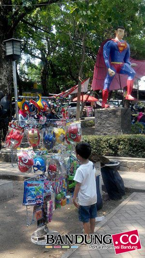 pedagang mainan di dalam taman superhero bandung