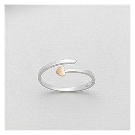 Smuk sterling sølv ring i rent design og et simpelt hjerte i trendy pink guld fra Norlume.dk