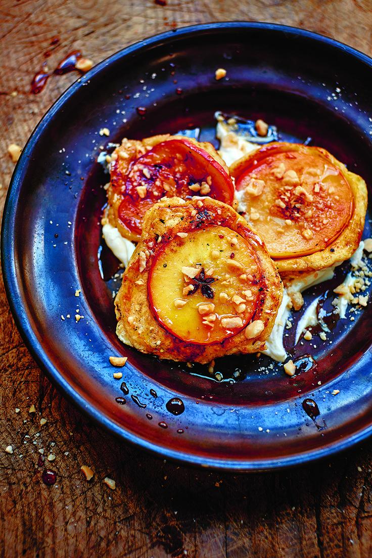 Pannenkoekjes met gekarameliseerde appel, ricotta en hazelnoot