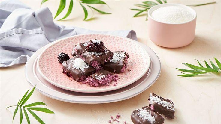 Zajrzyj do Kuchni Lidla po przepis na wegańskie bounty z jeżynami i polewą czekoladową. Doskonałe zarówno na drugie śniadanie, jak i na deser!