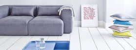 Es sind genau drei Dinge, die sich in jedem Sofa der Marke Sitzfeldt vereinen: formschönes, klare Linien, größtmögliche Nachhaltigkeit in der Herstellung und ein überraschend günstiger Preis. Damit gelingt Sitzfeldt etwas, das bislang beim Sofa Kauf unvereinbar schien. Sitzfeldt baut schöne Möbel für Menschen mit hohen Ansprüchen.