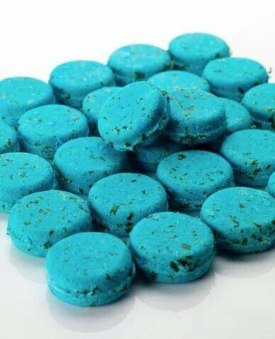 Seanik, Una pastilla de champú azul eléctrico que lleva dos clases de algas suavizantes, nori japonés y musgo de Irlanda. Añadimos sal marina porque es un estupendo limpiador y es muy buena para el cuero cabelludo irritado, además de darle volumen a tu pelo.