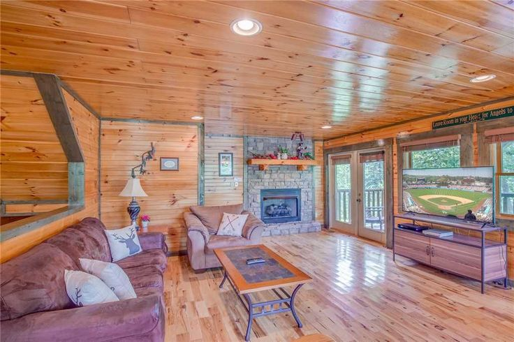 Celebration Lodge, 4 Bedrooms, Sleeps 18, Air Hockey, Pool Table, Hot Tub. Looking for a place to stay while in town for a tournament at Rocky Top Sports Wo...