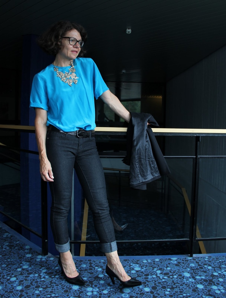 turquoise silkblouse grey jeans