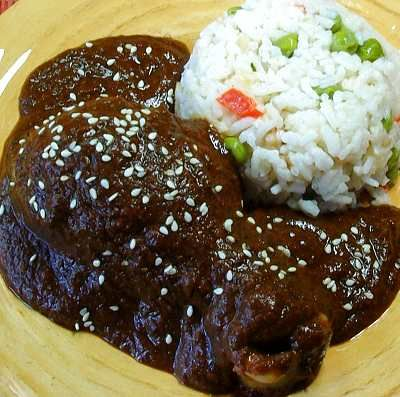Mole poblano con pollo -- receta bastante realizable.  // Chicken with poblano mole sauce -- a somewhat complicated dish, but totally doable.