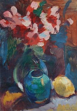 Een glazen vaas met bloemen, gemberpot en een citroen, circa 1925