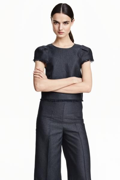 Blouse in a linen blend: Straight-cut blouse in a textured linen blend with a slight sheen. The blouse has short sleeves with pleats and a fringe trim, a cut-out section at the back, a covered button at the back of the neck and a fringed hem. H&M