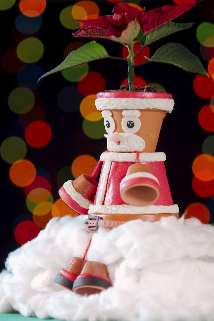 Babbo Natale, realizzato con vasetti in terra cotta, decorati in pasta di mais.