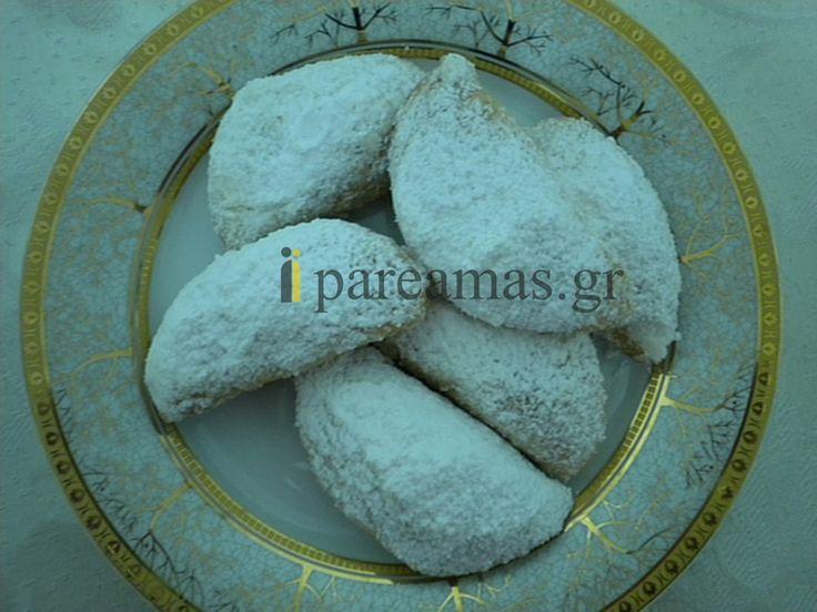 ΥΛΙΚΑ  2 κούπες λάδι (σπορέλαιο, καλαμποκέλαιο ή ηλιέλαιο)  2 μπέικιν  2 κούπες ρετσίνα  1, 5 κούπα μαρμελάδα της επιλογής σας ή ¾ του κιλού λουκούμια  4 ½ με 5 κούπες περίπου αλεύρι  1 κούπα χοντροκομμένα καρύδια  Κανέλα  Άχνη για πασπάλισμα  Ινδοκάρυδο για πασπάλισμα (προαιρετικά