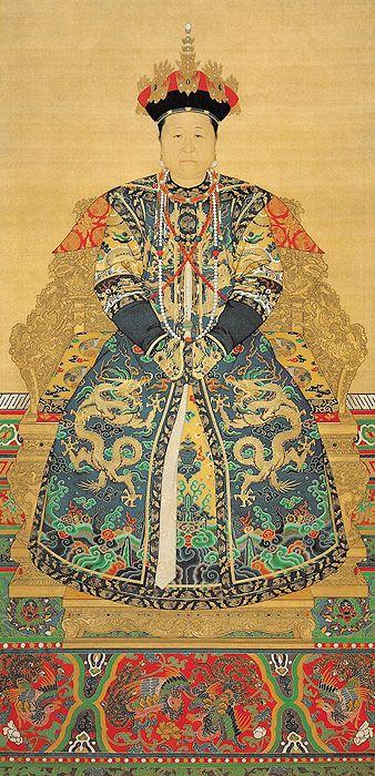 《孝庄文皇后朝服像》  清 佚名 绢本设色 纵155.5厘米 横116.8厘米 北京故宫博物院藏      孝庄文皇后,姓博玺济吉特氏,科尔沁贝勒寨桑之女,生于明万历四十一年(1613)。后金天命十年(1625)年二月,被太祖爱新觉罗·努尔哈赤第八子皇太极聘为侧福晋。崇德元年(1636)改元,五宫并建,被册封为永福宫庄妃。顺治元年尊为圣母太后,在清初顺治、康熙两朝曾参与政事多年。