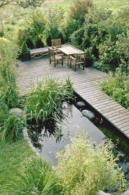 Wasser im Garten - ein kleiner, begehbarer Teich mit Steg und gemütlichem Sitzplatz am Wasser