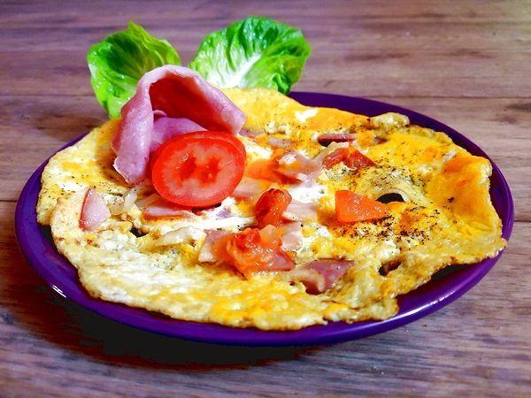 Toužíš po superrychlé a ještě k tomu zdravé večeři? Není snad nic jednoduššího, než vaječná omeleta se šunkou a dresinkem! Všechny omeletky mají stejný základ