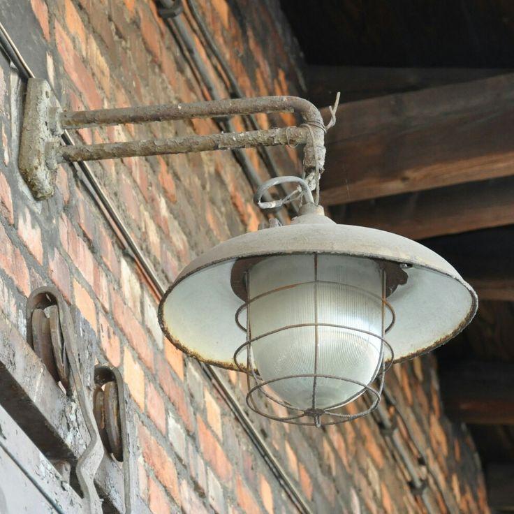 Stylowa lampa przemysłowa na terenie dworca kolejowego w Łukowie.