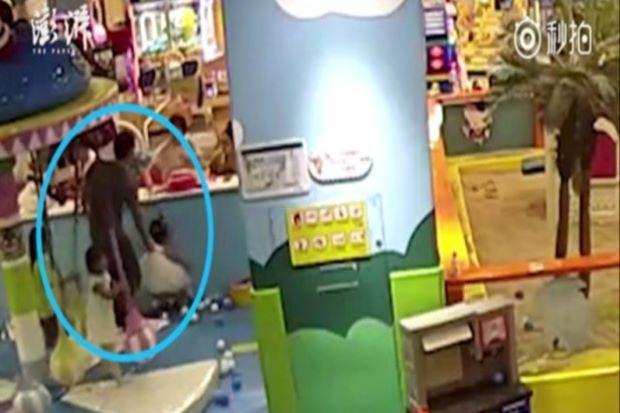 Berebut buaian lelaki hentak kepala anak orang malah ibu budak tersebut pun dipukul   Gara-gara berebut buaian seorang kanak-kanak cedera selepas kepalanya dihentak pada dinding penghadang sebuah pusat permainan di bandar Zhengjiang di sini.  Kejadian di sebuah pusat membeli belah itu dirakam kamera pengawasan di situ lapor Thepaper.cn  Ia berlaku akibat campur tangan seorang lelaki yang juga bapa salah seorang kanak-kanak yang berebut buaian itu.  Rakaman kamera itu menunjukkan seorang…