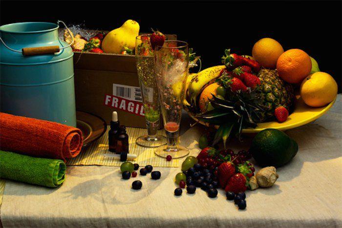 Диеты знаменитостей в виде натюрмортов. Саймон Коуэлл (Simon Cowell): ананасы, клубника, клюква, виноград, черника, манго, авокадо и апельсины – все в виде коктейля. Емкость молока для купания и витамины.