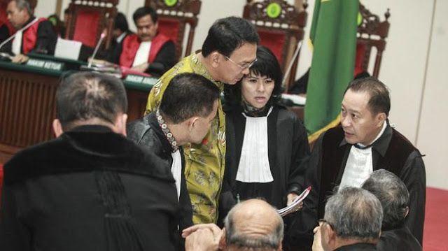Nama Gusdur dibawa dalam pembelaan Ahok  Rais Syuriah PBNU Jakarta menyebut Gus Dur pernah menyampaikan tafsir tentang Al-Madiah ayat 51. Ia berkata umat Islam tak dilarang pilih pemimpin non-Muslim. (ANTARA)  Saksi ahli yang diajukan tim penasihat hukum Ahok mengutip pernyataan Presiden keempat Abdurrahman Wahid tentang surat Al-Maidah ayat 51. Ia menyebut Surah itu tidak memuat larangan memilih pemimpin non-Muslim. Saksi ahli agama ini adalah Ahmad Ishomuddin yang menjabat Rais Syuriah…