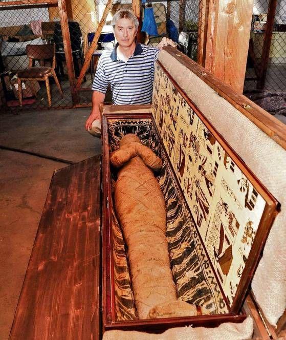 Er guckt immer noch ungläubig: Zahnarzt Dr. Kettler mit der Mumie auf dem Dachboden