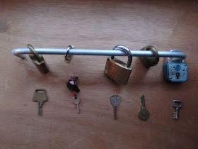 MichisKigaWelt: Aktionstablett: Vorhängeschlösser und seine Schlüssel