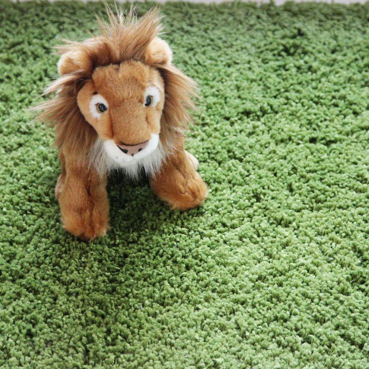 Es un fiero león africano que luce una impresionante melena que solos los leones macho poseen. Bueno, quizás no sea tan peligroso como te contamos, ya que se trata de un león de peluche de 30 centímetros de alto, pero realmente parece un super león apunto de cazar a su presa. A nuestro león le gusta mucho jugar cuando no está cazando, y lucir su melena al viento por lo que aseguramos que será el Rey de la casa, el preferido entre todos los juguetes y peluches de los niños.