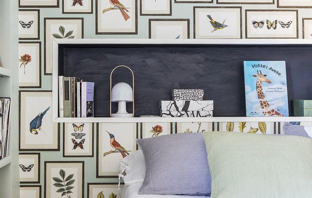 1 /10  La nicchia dietro al letto diventa un vero elemento décor! Qui è colorata di blu scuro. Sulla parete una carta molto 'ricca' [Picture Gallery Aqua di Sanderson €119 il rollo da m 10x68,6 cm].