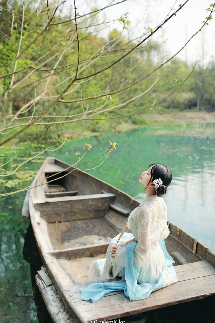 """mingsonjia: """" 蒹葭苍苍,白露为霜。所谓伊人,在水一方, 溯洄从之,道阻且长。溯游从之,宛在水中央。 ——《蒹葭》 by CreamKiko hanfu 清辉阁步光 """""""