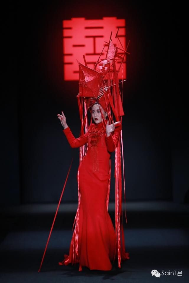 Brutális felvonulást tartottak a kínai tervező, Sheguang Hu kollekcióit bemutató modellek a China Fashion Weeken Pekingben tegnap.