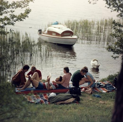 """""""Wassersport war etwas Schönes, das war nicht privilegiert, das hatten viele"""", erinnert sich Bert Krüger, der für den DDR-Wasserschutz tätig war. Als Beleg mag diese historische Aufnahme von 1977 dienen, die junge Leute am Ufer eines See der Mecklenburger Seenplatte zeigt. In diesem Jahr war bereits …"""