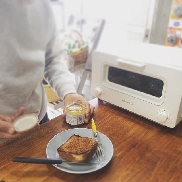 2017/02/16 14:00:31 acote.tokyo 扉を開けたらとってもいい香り!ちょっと焦げ目が多いかなと思ったけれど、ナイフを入れたらさくっと切れて一口食べたら中はふわふわ。やばーい!なにこれ、おいしい!家のトースターとたしかに違う…!と興奮してテンションが高くなるNさん。どうぞ前向きにご検討を😋✨ パンをご持参いただければ、バルミューダのトースターお試しいただけます。混雑時は対応しかねる場合もありますので、その際はご了承ください🍞🍞🍞 #balmuda #balmudathetoaster #toaster #バルミューダ #バルミューダザトースター #パン #トースト #実験成功 #アコテの実験 #teema #アコテ #acote #àcôté #代々木上原 #幡ヶ谷 #パンがなければアコテのアコテで買ったらいいじゃない #アコテのアコテはカタネベーカリー