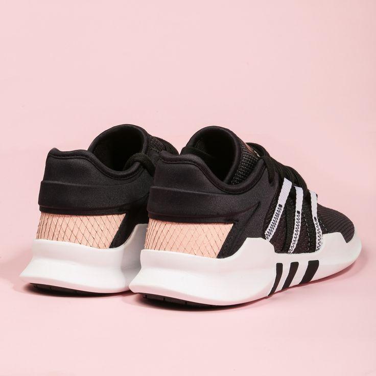 Lo que hace algo diferente son los pequeños detalles🌸, como este estampado de serpiente en color rosa en el talón de estas Adidas EQT ADV⚡️. Preciosas, ¿verdad? 😉