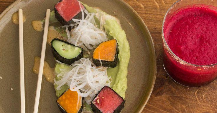 Veggie sushi met avocado en watermeloen en aardbeien-rodebietenslush