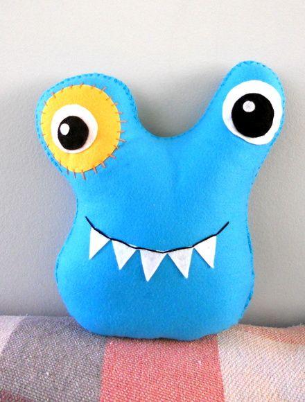 Toy Art Zoey azul celeste  Esses monstrinhos cativam desde crianças até os adultos.  Uma ótima opção decorativa para quartos, salas e festas em geral.  Feito em feltro com enchimento fibra acrílica.  Fazemos em outras cores e tamanhos.  * VALOR POR UNIDADE, PARA A TURMA INTEIRA, CONSULTE-NOS.  **o prazo de produção é para 1 produto, se a quantidade for maior, o prazo também aumenta R$ 26,00