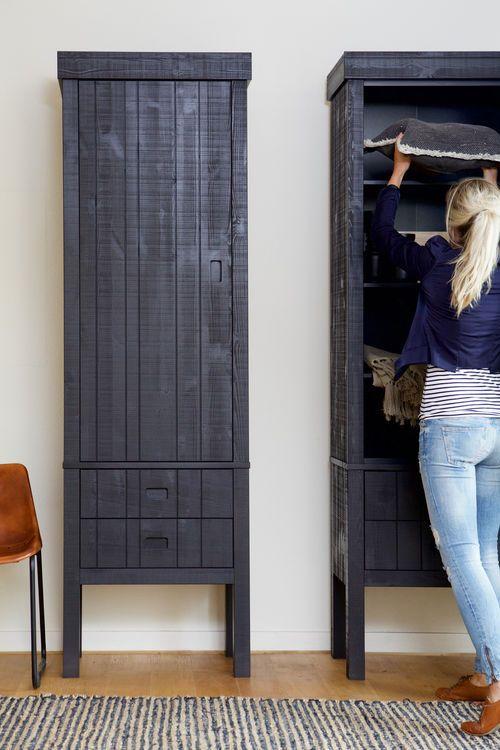 Zwarte kast voor opbergen in de woonkamer - bekijk en koop de producten van dit beeld op shopinstijl.nl