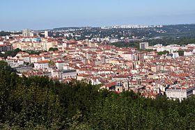Les pentes de la Croix-Rousse depuis Fourvière - La Croix-Rousse est une colline de la ville de Lyon. Mais c'est également un quartier situé sur cette même colline, que l'on distingue en deux éléments : les pentes (une partie du 1er arrondissement), et le plateau (4e arrondissement), qui culmine à 254 mètres. La Croix-Rousse, ancienne commune du département du Rhône, est un quartier original, profondément marqué par son passé de haut-lieu de l'industrie de la soie.