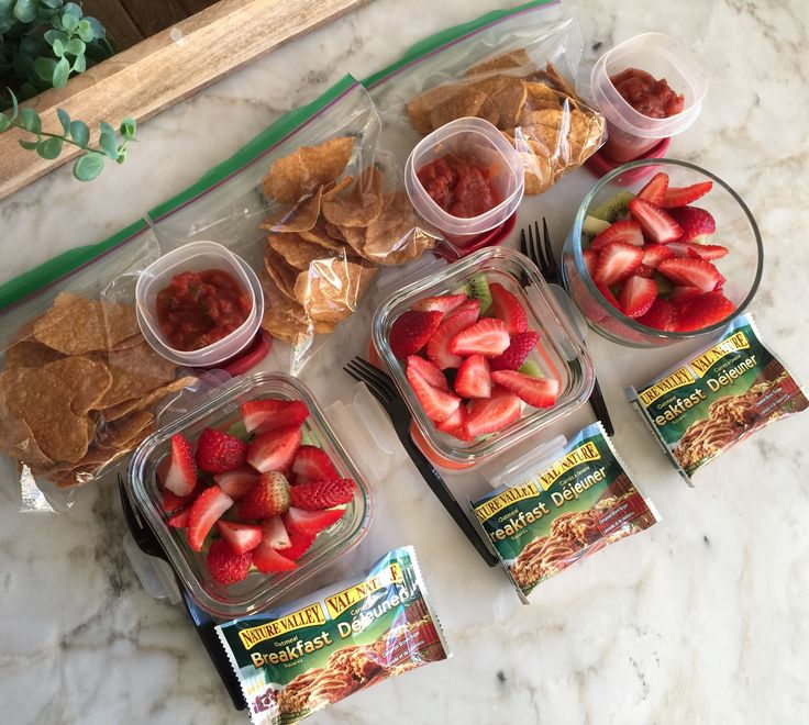 Here's some more lunch box snack ideas💡: Fruit salad with strawberries 🍓 & kiwi 🥝 , sweet potato 🍠 nachos with salsa 💃🏻, and an oatmeal bar!