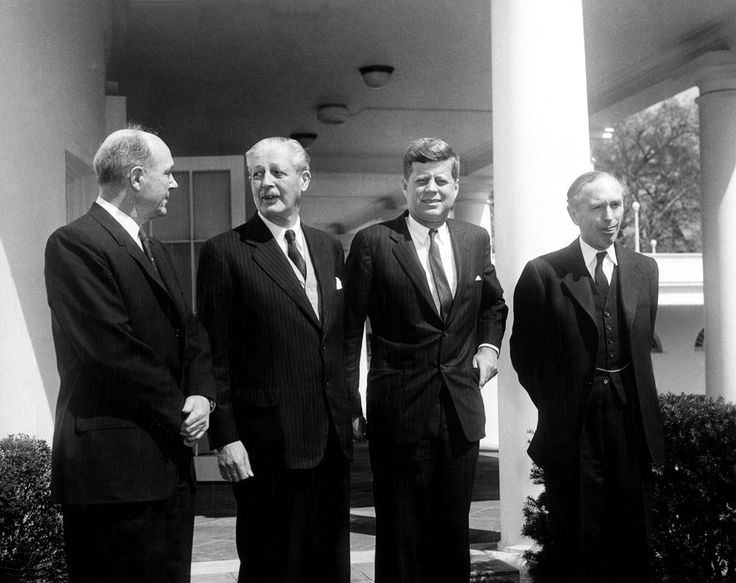 1961. 5 Avril. By Abbie ROWE. AR6485-C. President John F. Kennedy with Prime Minister of Great Britain Harold Macmillan and others in the West Wing Colonnade, White House, Washington, D.C. (L-R) Secretary of State Dean Rusk; Prime Minister Macmillan; President Kennedy; British Minister for Foreign Affairs and Earl of Home Alec Douglas-Home